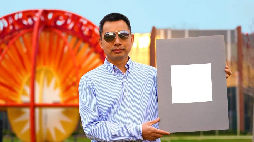 Сюлинь Жуань держит лабораторный образец самой белой краски из всех ранее известных Фото: Университет Пердью/Джаред Пайк.