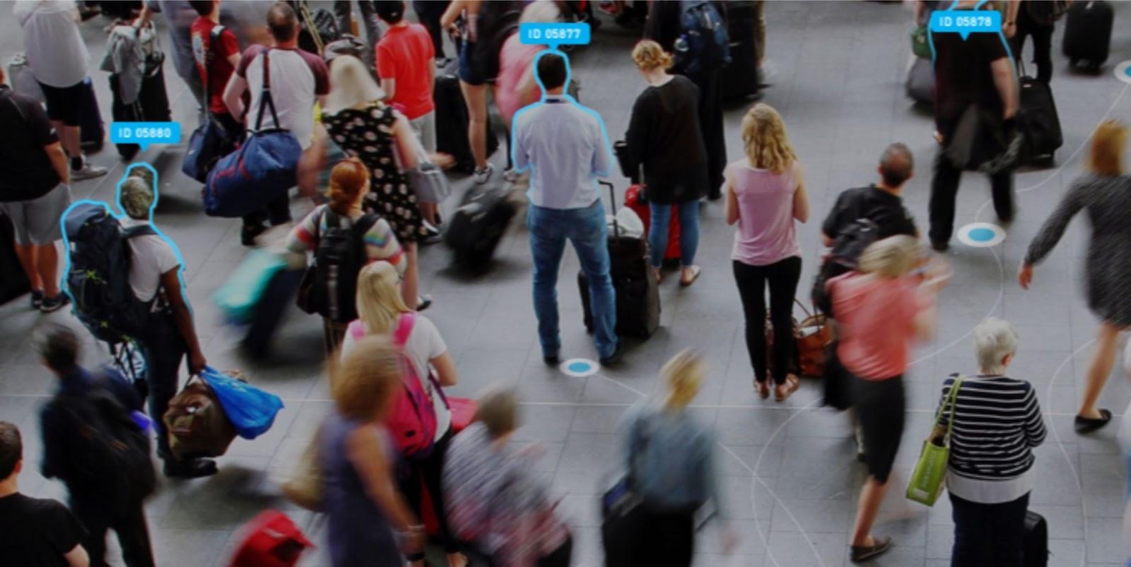 Визуализация детектирования силуэта и пути человека, проходящего мимо камеры. Источник: ntechlab.ru