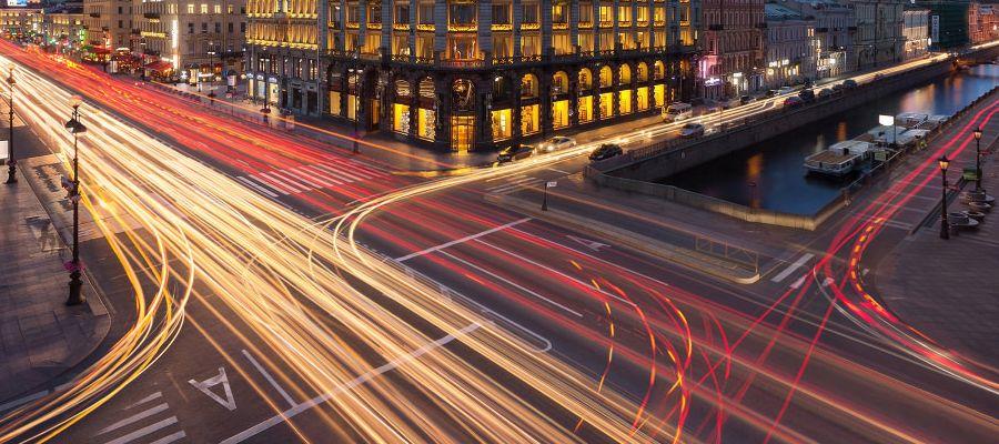 Улицы города, сфотографированные с использованием длинной выдержки
