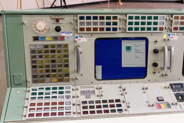 Нет, win95  на космических кораблях не используется. Это просто забавный фотошоп