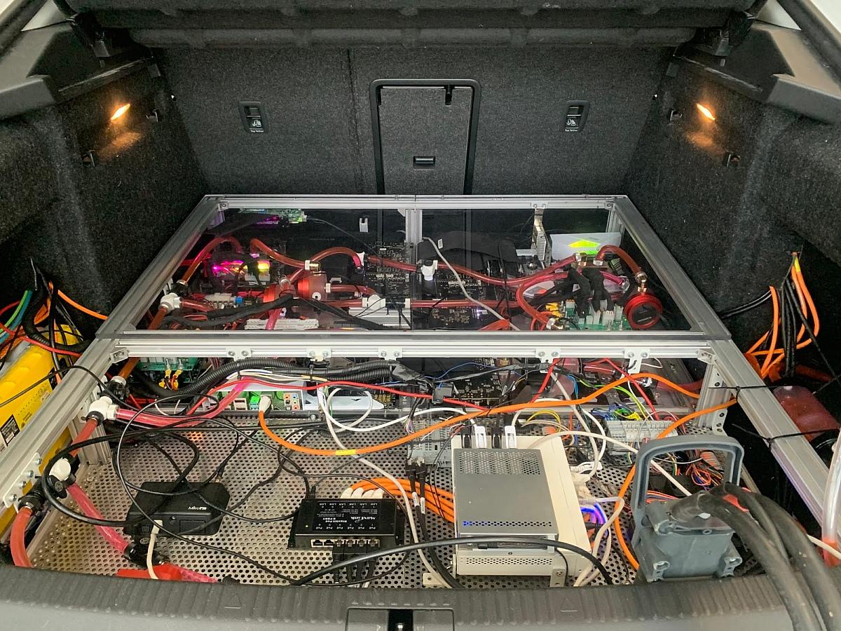 Основные вычислительные мощности разместили в багажнике. Обратите внимание, что система имеет жидкостное охлаждение