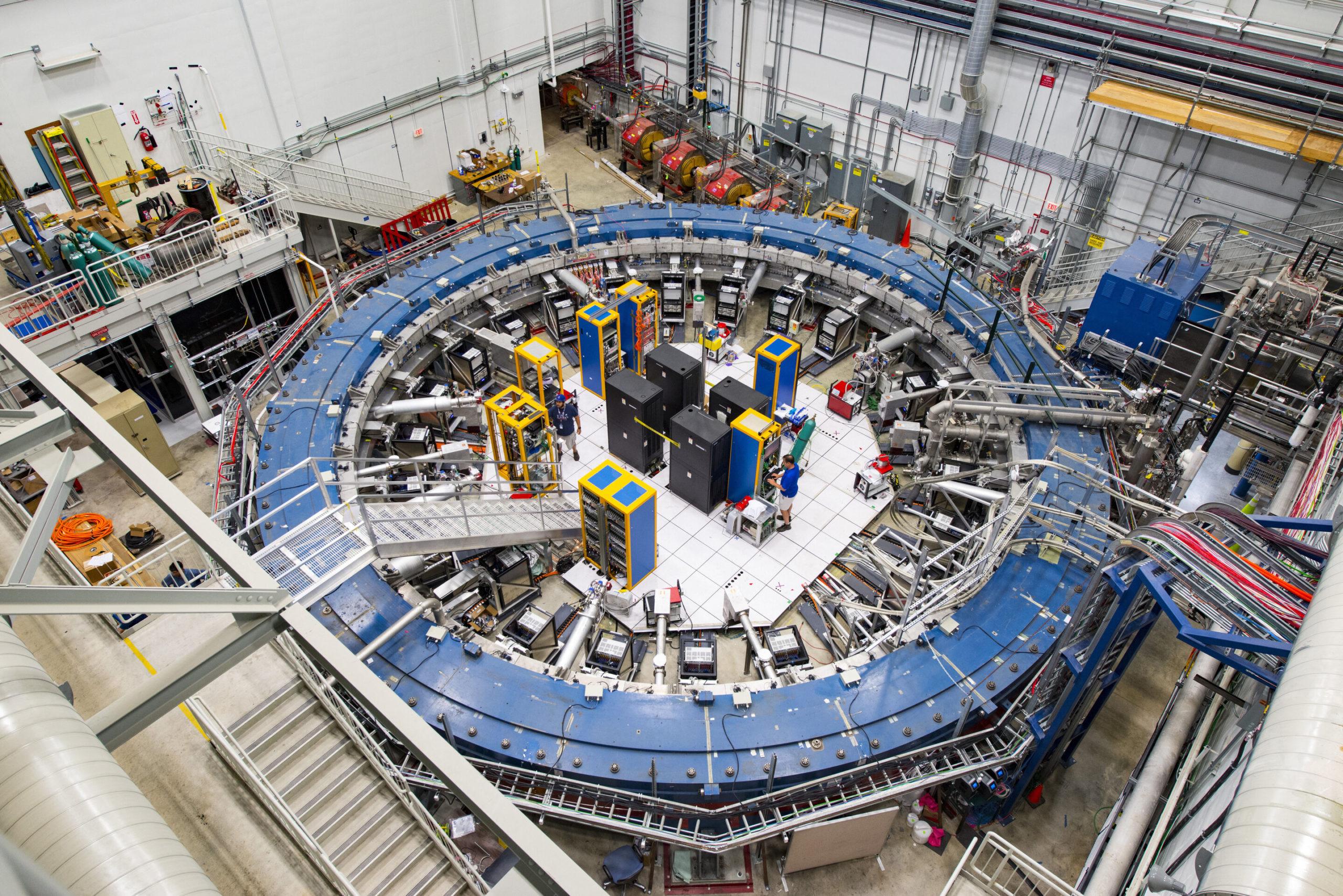 Кольцевой магнит, на котором проводится эксперимент «g minus two» в Фермилабе. Credit: Fermilab / Reidar Hahn