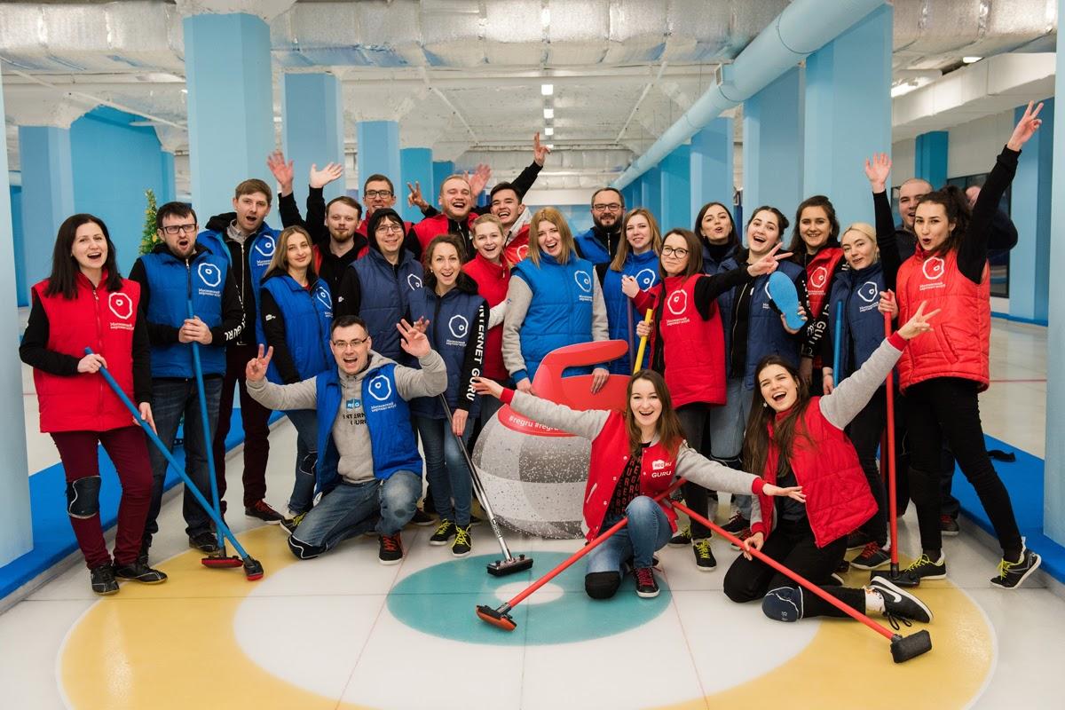 Сотрудники московского офиса на новогоднем кёрлинге