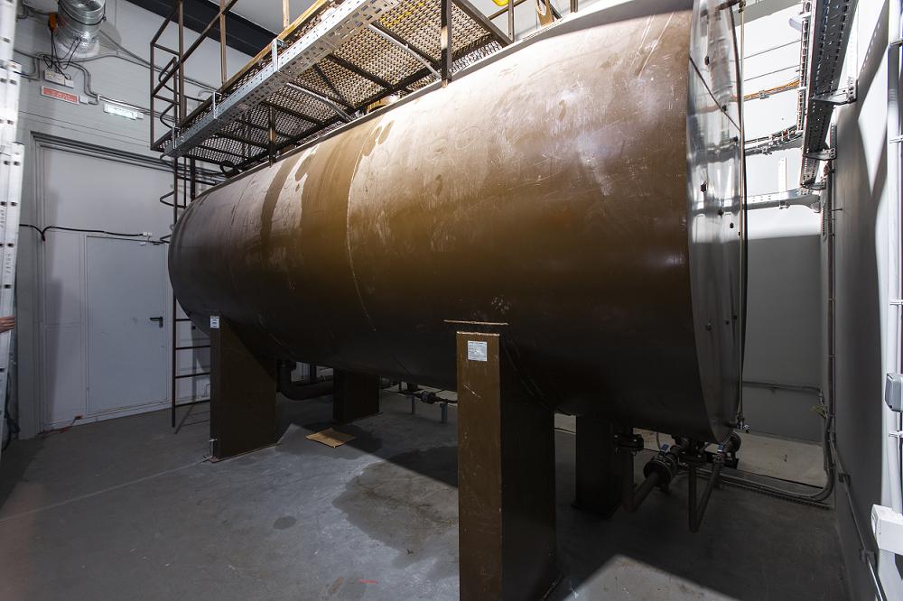 Один бак топливохранилища вмещает 12,6 куб. м, всего таких баков два.