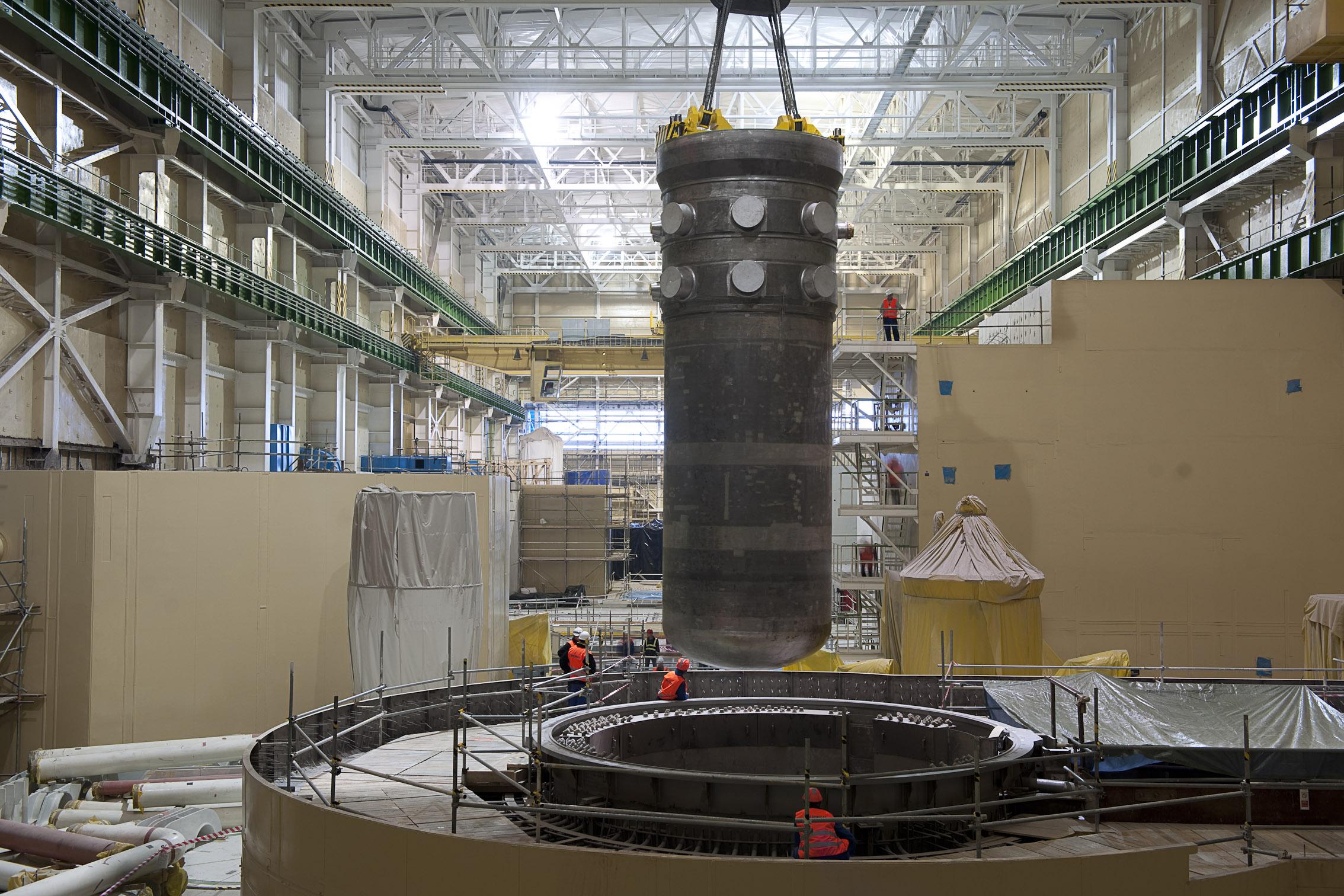 Установка самого нового корпуса реактора ВВЭР-440 производства Шкоды на третьем блоке АЭС Моховце в Словакии, 2010 год.