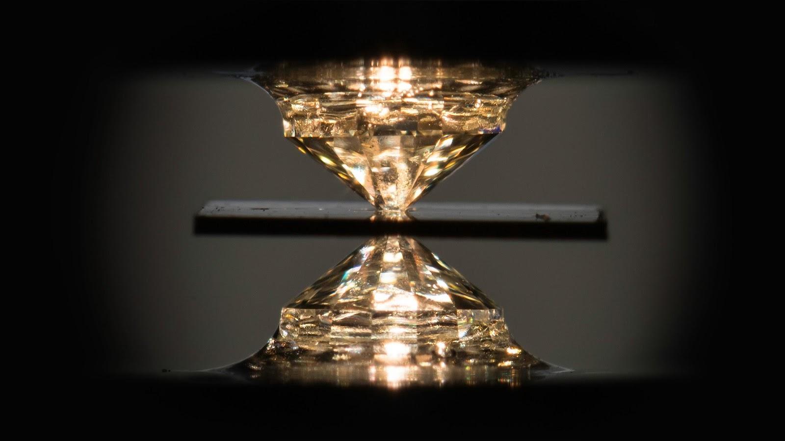 Чтобы оказать давление на лабораторные образцы, использовалась камера высокого давления с алмазными наковальнями. Водород окружается тонким листом из металлической фольги, и эта конструкция фиксируется между двумя алмазными наковальнями, после чего на образец оказывается давление. Изображение J. Adam Fenster / Университет Рочестера.