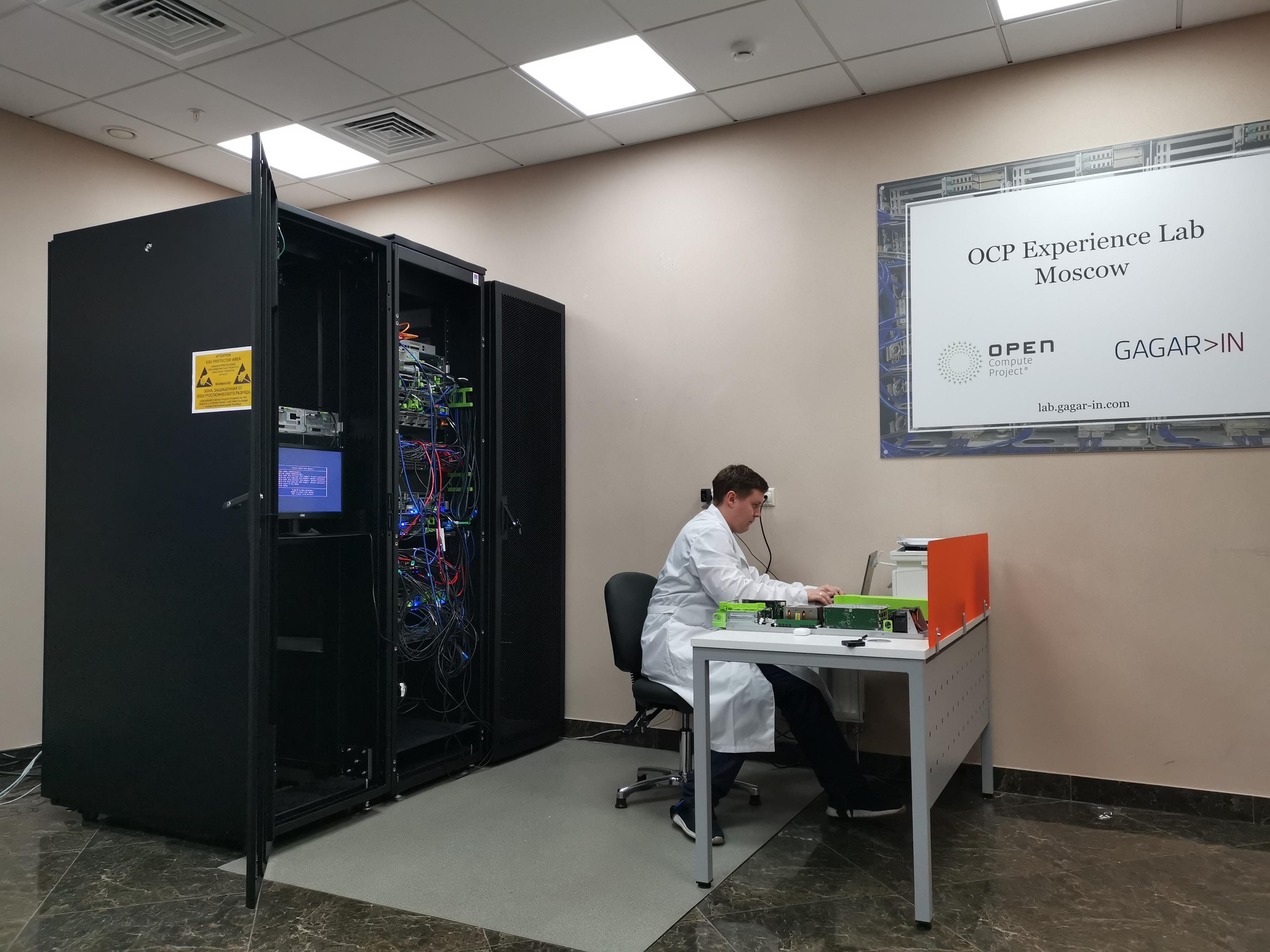 Три стойки, рабочий стол инженера и большой плакат - так выглядела наша лаборатория в сентябре 2020