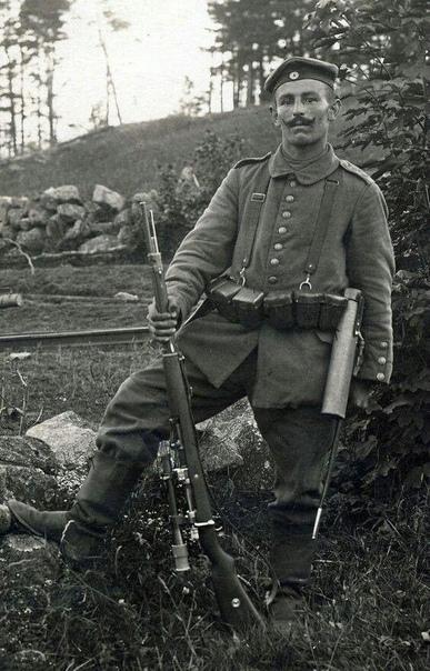 """Типичный немецкий снайпер начального периода Первой Мировой войны со своим """"верным товарищем"""" — прекрасной винтовкойGewehr 98, снабжённой оптическим прицелом. Фото 1915 года"""