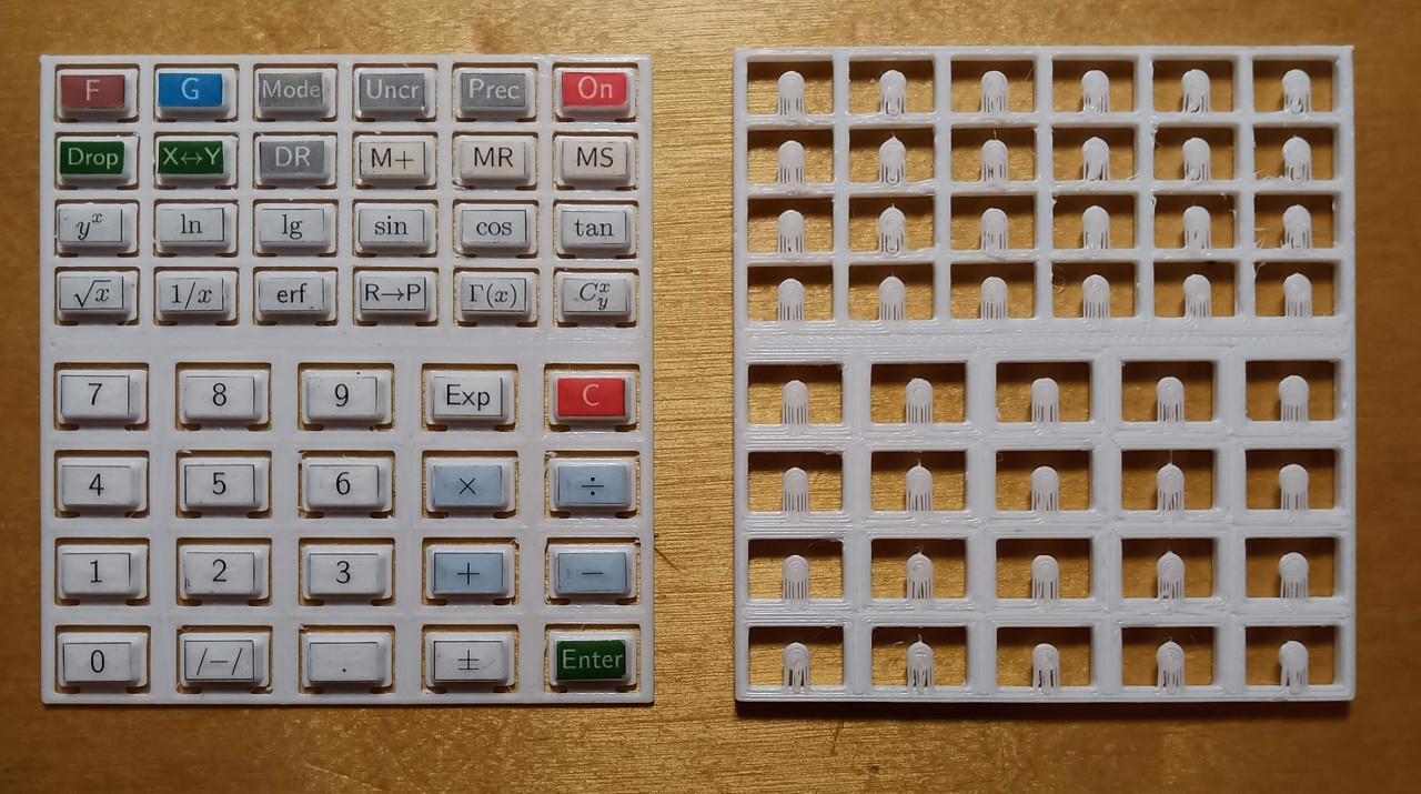 Две части клавиатуры. Можно было бы напечатать их как одну деталь, но тогда пришлось бы делать поддержки и отколупывать их потом от каждой клавиши. На клавиши уже наклеены стикеры с надписями.