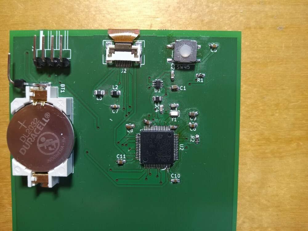 Собранная плата с обратной стороны. К плюсовому контакту батарейки припаян не предусмотренный в проекте штырь для того, чтобы запитывать плату от программатора STLink и измерять потребляемый ток.