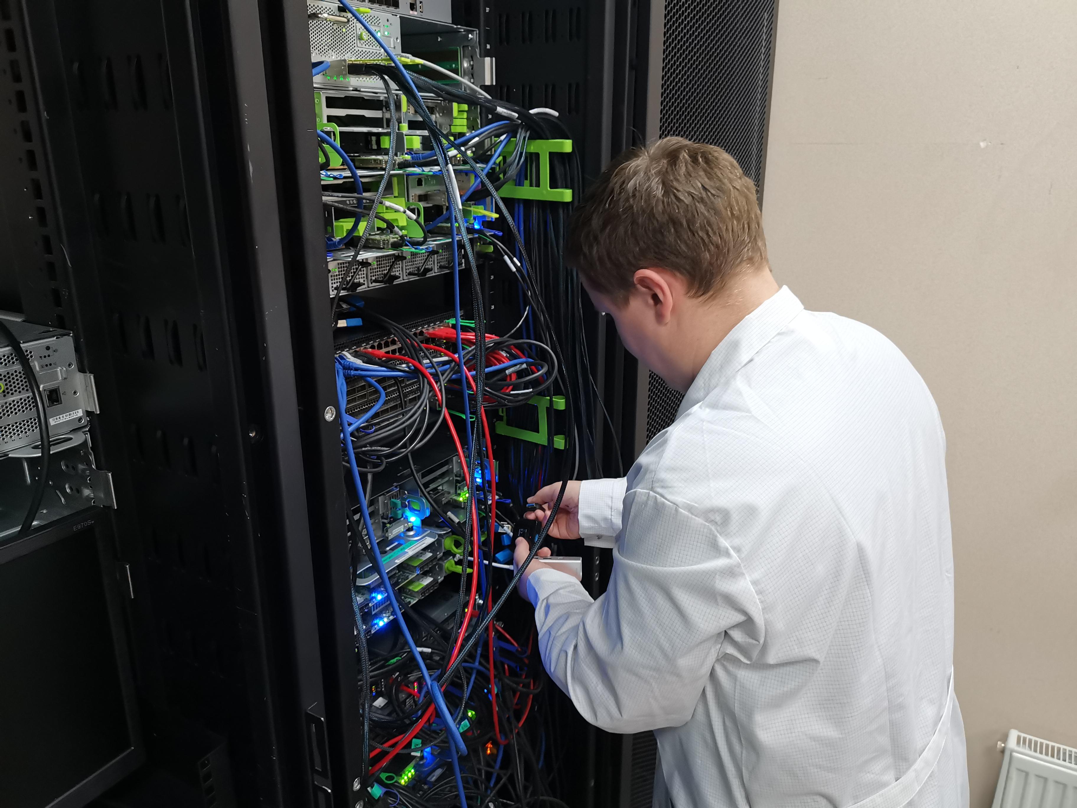 Монтаж очередного сервера в стойку