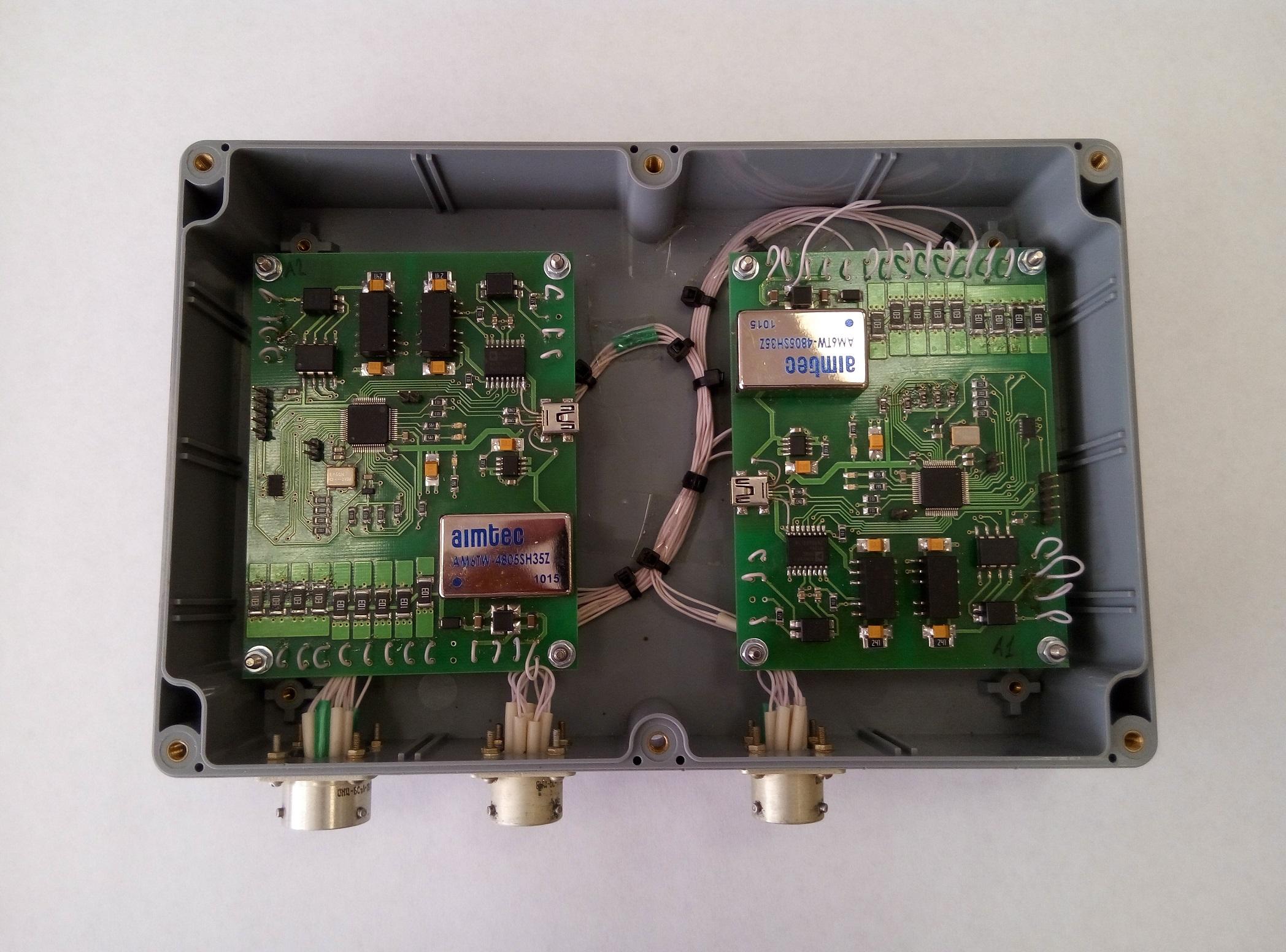 На фотографии макетного образца виден косяк с распиновкой USB
