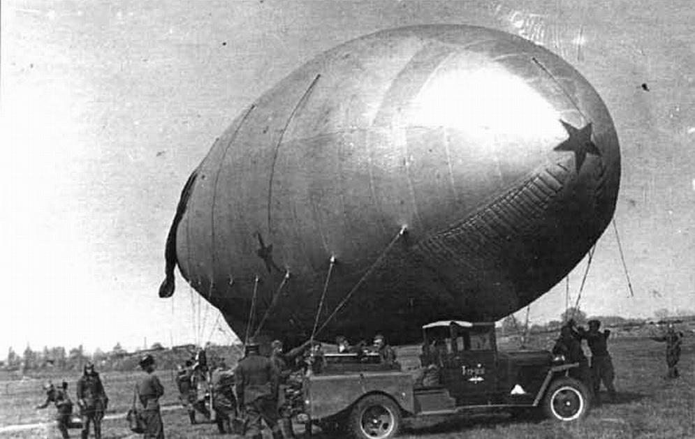 За годы ВОВ около 600 таких полуторок (ГАЗ-ММ), что перед заградительным аэростатом, были переведены на водород