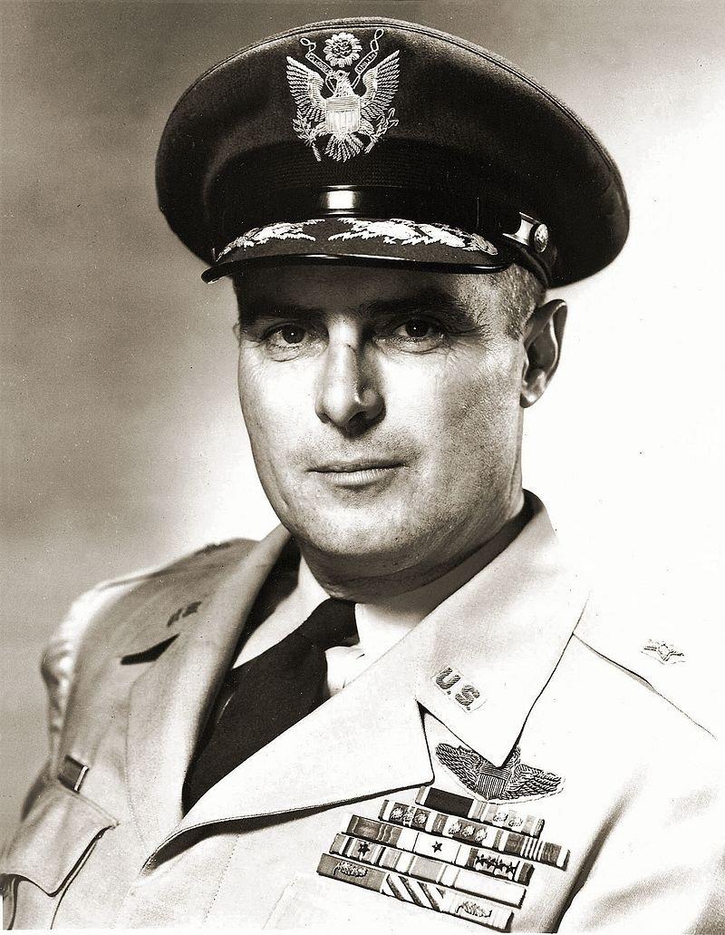 Генерал Роберт Трэвис. После катастрофы авиабазу переименовали в его честь