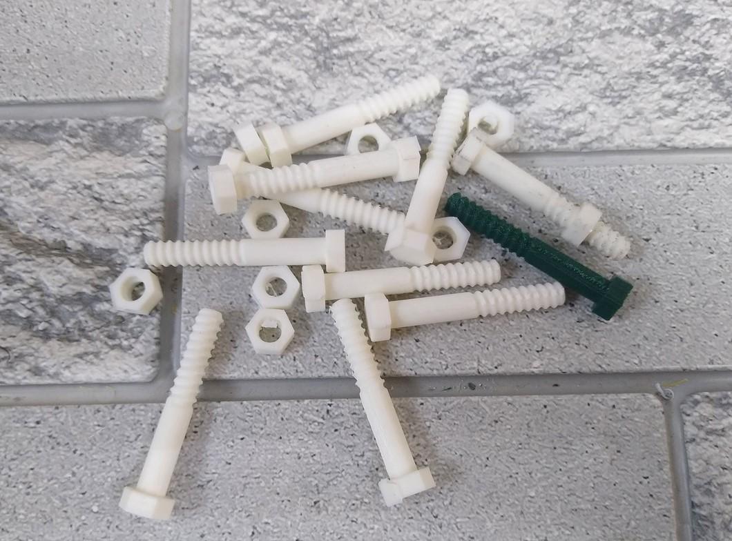 Напечатанные болты из пластика по ГОСту. Можно купить в магазине из металла, но заказчику они понадобились для металлоискателя, соответственно металлические болты и гайки не подошли бы