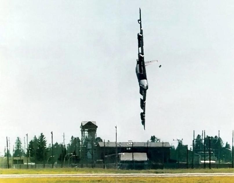 B-52 выписывает кренделя