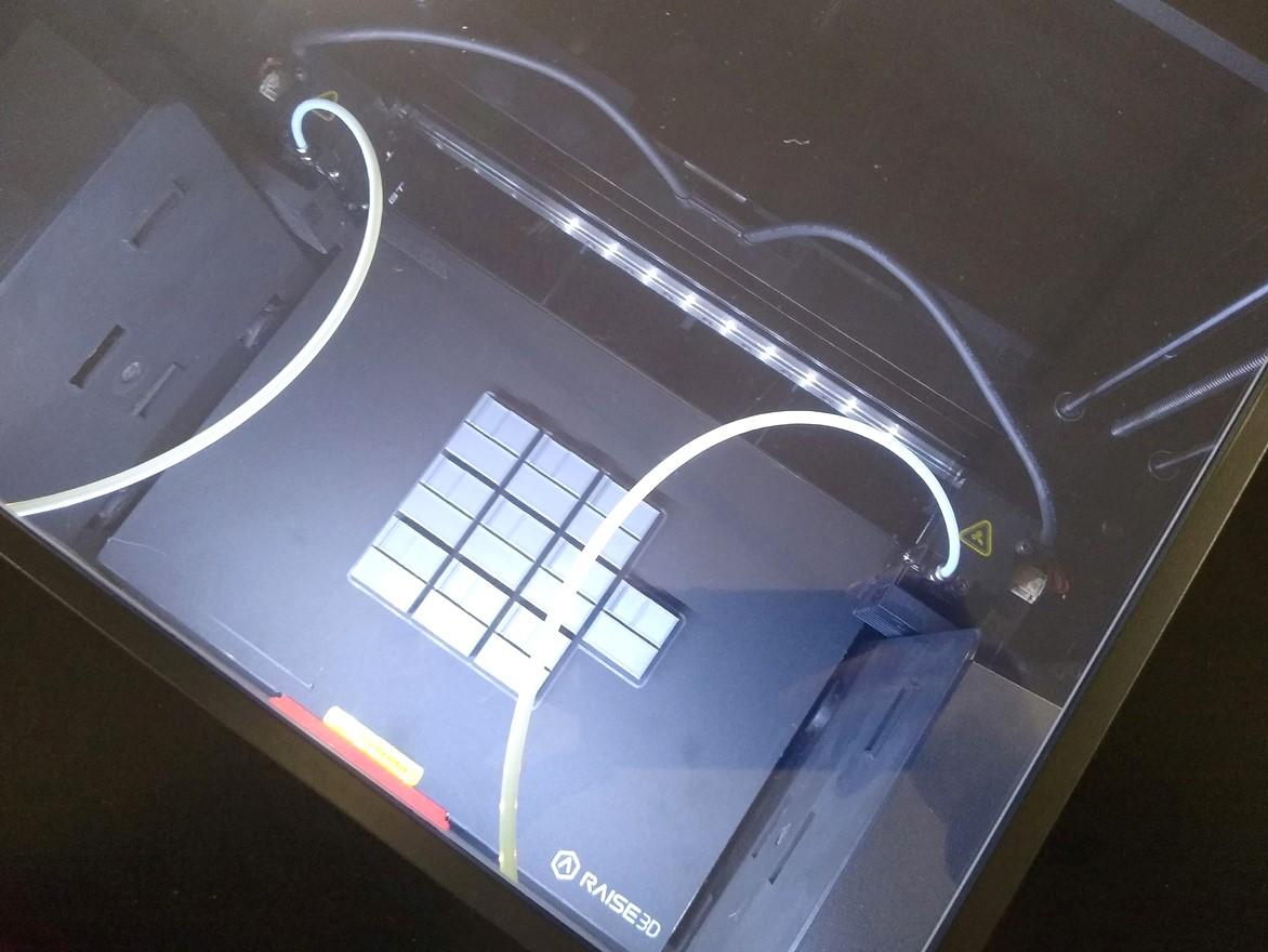 Процесс печати на 3D принтере Raise3D E2