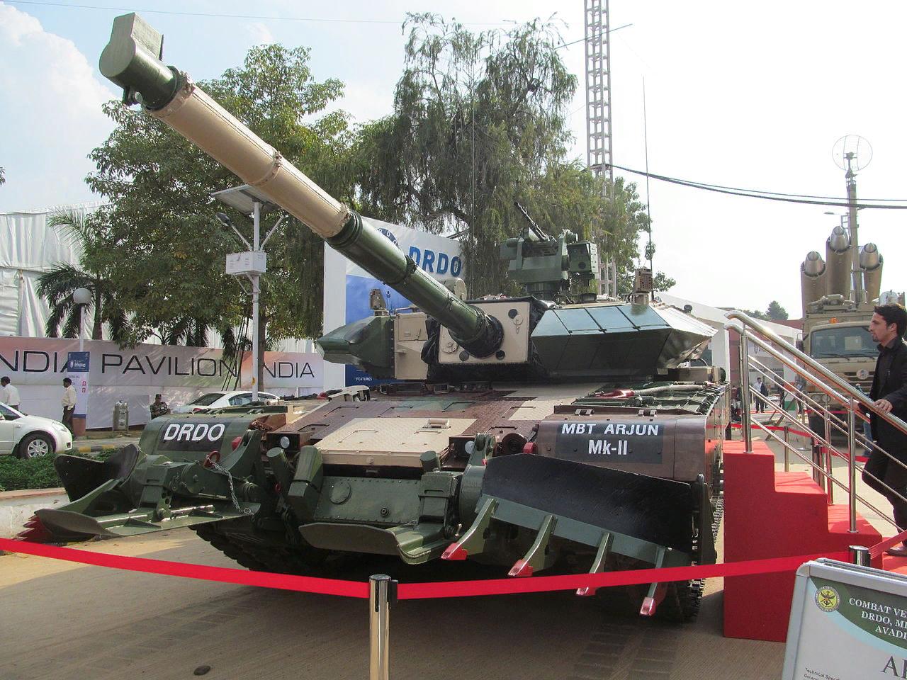 Опытный образец Arjun Mk. 2 с противоминным тралом. В такой комплектации он весит около 70 т
