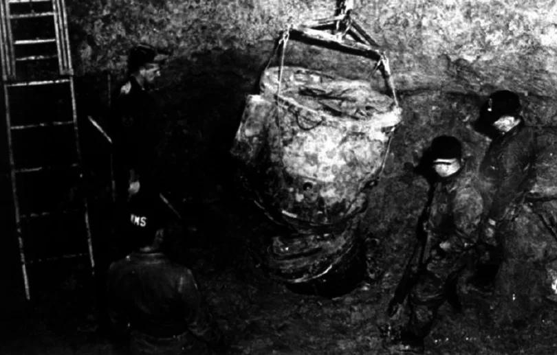 Рабочие достают обломок второй бомбы.
