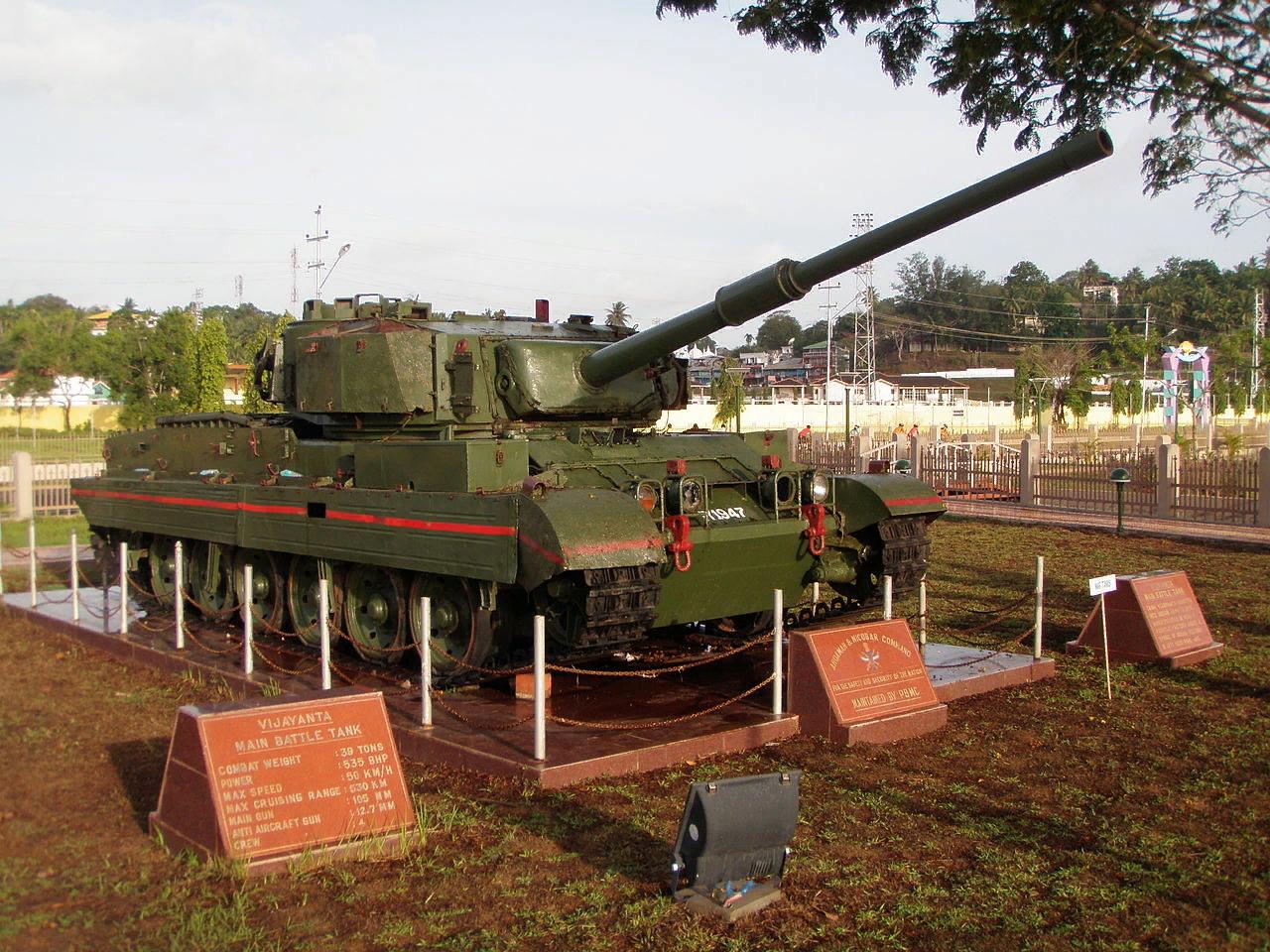 Памятник с Vijayanta. Танк снят с вооружения в 2008 году