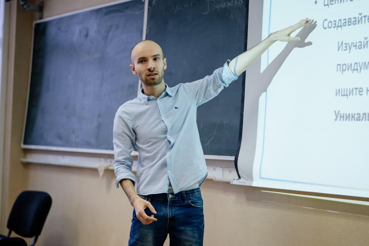 Михаил Рубинчик - главный тренер по спортивному программированию в Уральском федеральном университете и основатель онлайн-школы по спортивному программированию SPGuide