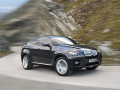 BMW мчит по трассе