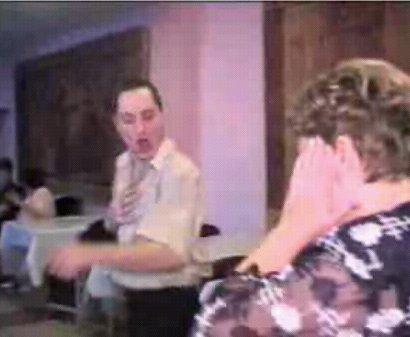 Люди с ужасом смотрят на танцующего белоруса