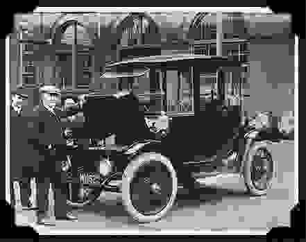 Томас Эдисон осматривает электромобиль Detroit Electric.