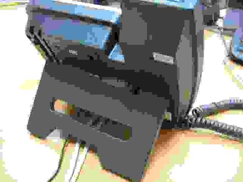 Телефон с подключенными проводами