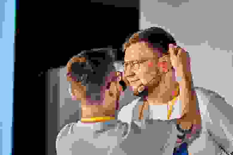 Миша чешет за ухом ember-евангелиста Алекса мотивируя к докладу (шутка, на самом деле Миша просто надевает петличку)