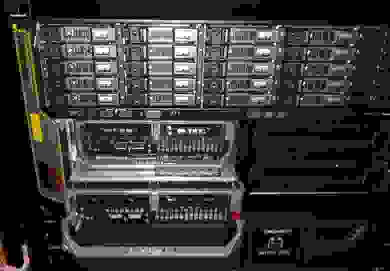 Задвигаем в стойку и устанавливаем серверные модули