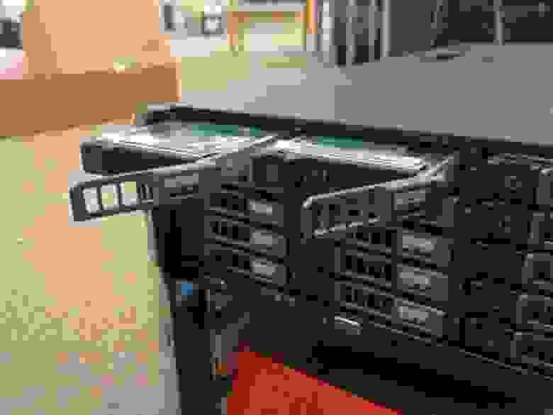 Корзина включает в себя 25 SAS дисков