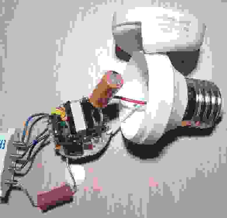 Рисунок 4: Тестовое подключение УФ-лампы к балласту.
