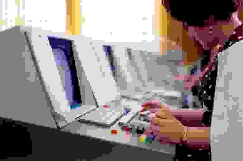 «Комната проверки терминальных данных. Использовалось современное оборудование, впервые оборудованное дисплеями. Данные сначала записывались в память, а затем отображались на дисплее».