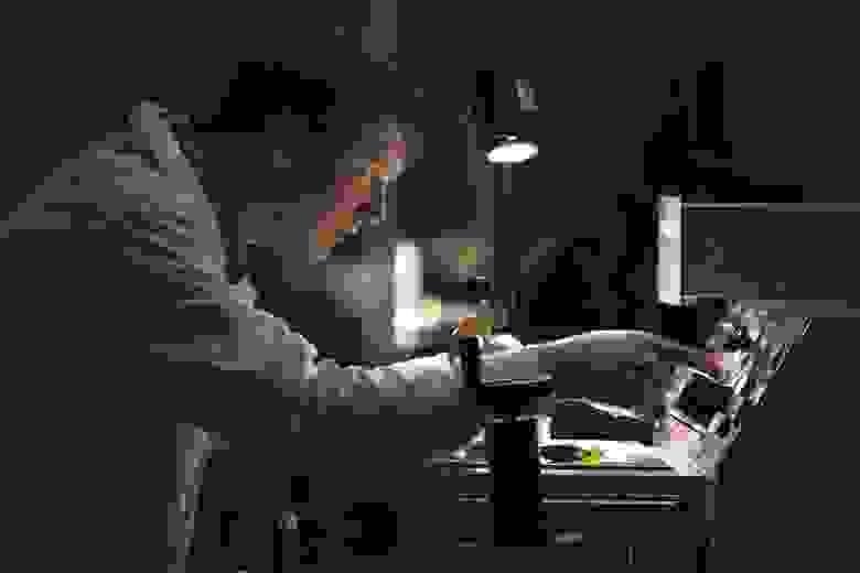 """Соавтор разработки Андрей Базлов в лаборатории """"Перспективные энергоэффективные материалы"""""""