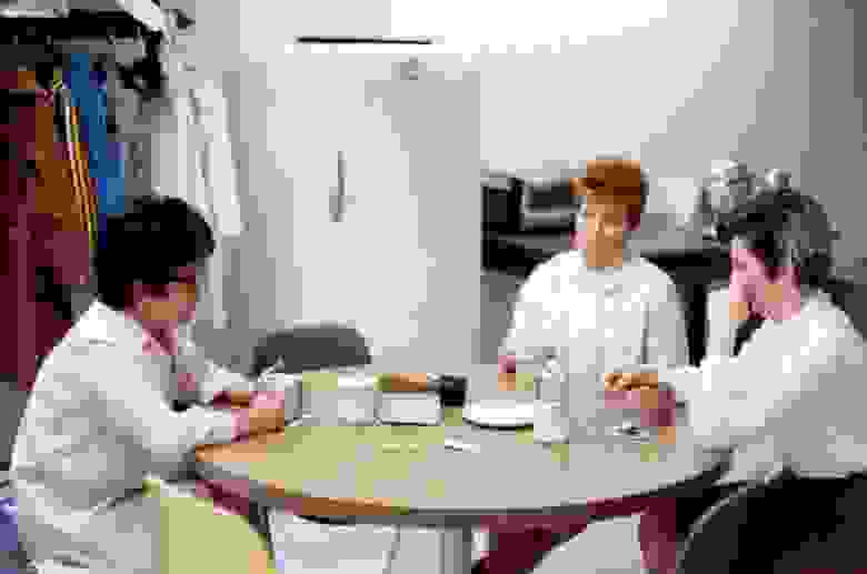 «Супервайзер контроля данных. Тони (слева) руководила отделом управления данными».