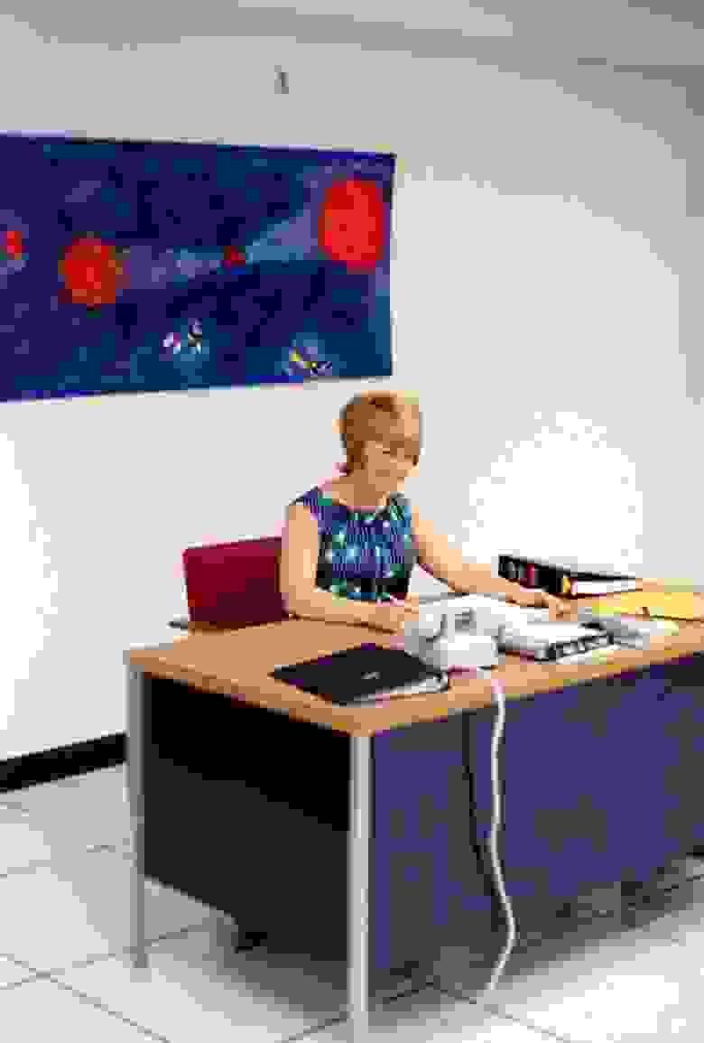 «Беа. Компьютерный зал находился в подвале здания по соображениям безопасности и по ряду других причин. Там не было естественного света, и весьма небольшой бюджет на оформление помещений. К счастью, среди сотрудников были люди с художественными навыками. Поэтому я покупал материалы, а они сами оформляли помещения.