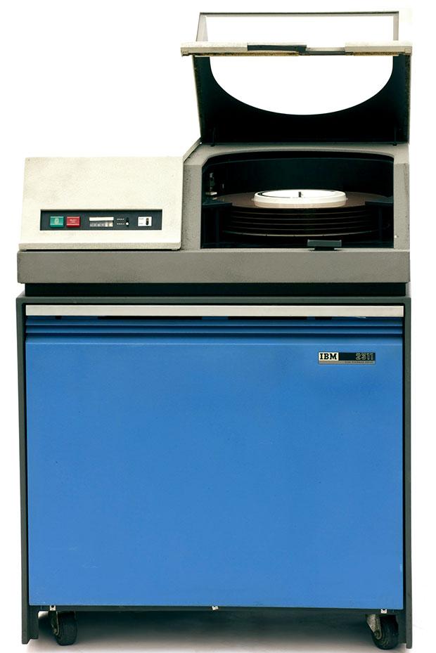 Среди 44 периферийных устройств S/360 был дисковый накопитель 2311