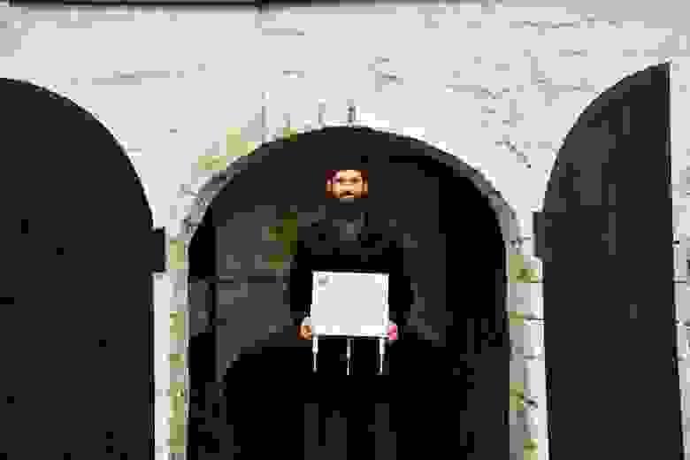 Настоятель Данилова монастыря игумен Пантелеимон  с мюонным детектором у стен храма