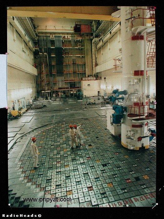 Разгрузочно-загрузочная машина на верхней плите биозащиты одного из реакторов