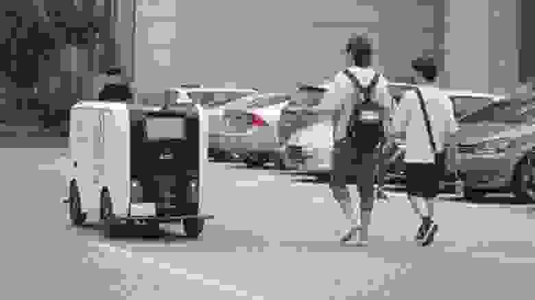 Робот-доставщик в университетском кампусе в Ухани