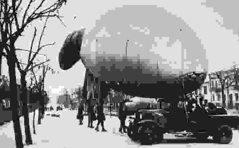 Аэростат воздушного заграждения на Тверском бульваре в Москве во время Великой Отечественной войны. 1941 г.