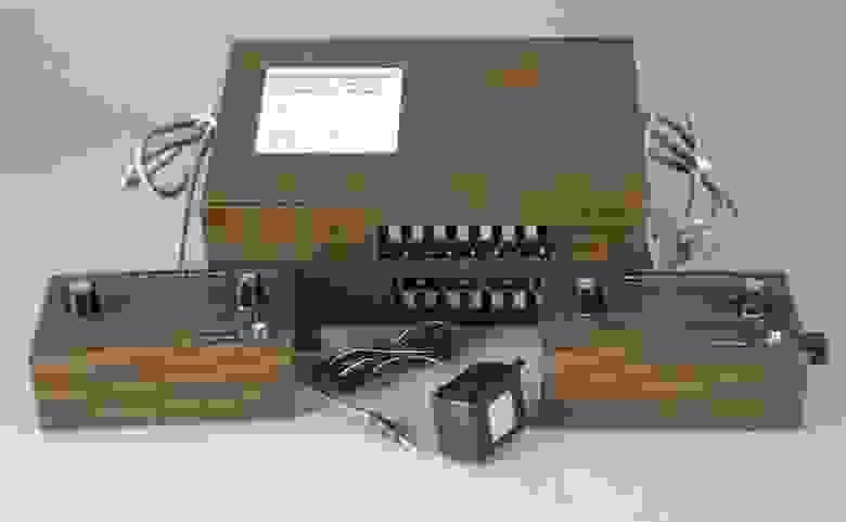 Brown box и его компаньоны: левый контроллер, блок питания и правый контроллер соответственно.