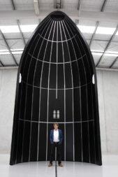 Генеральный директор Rocket Lab Питер Бек стоит внутри обтекателя полезной нагрузки Neutron. Предоставлено: Rocket Lab.