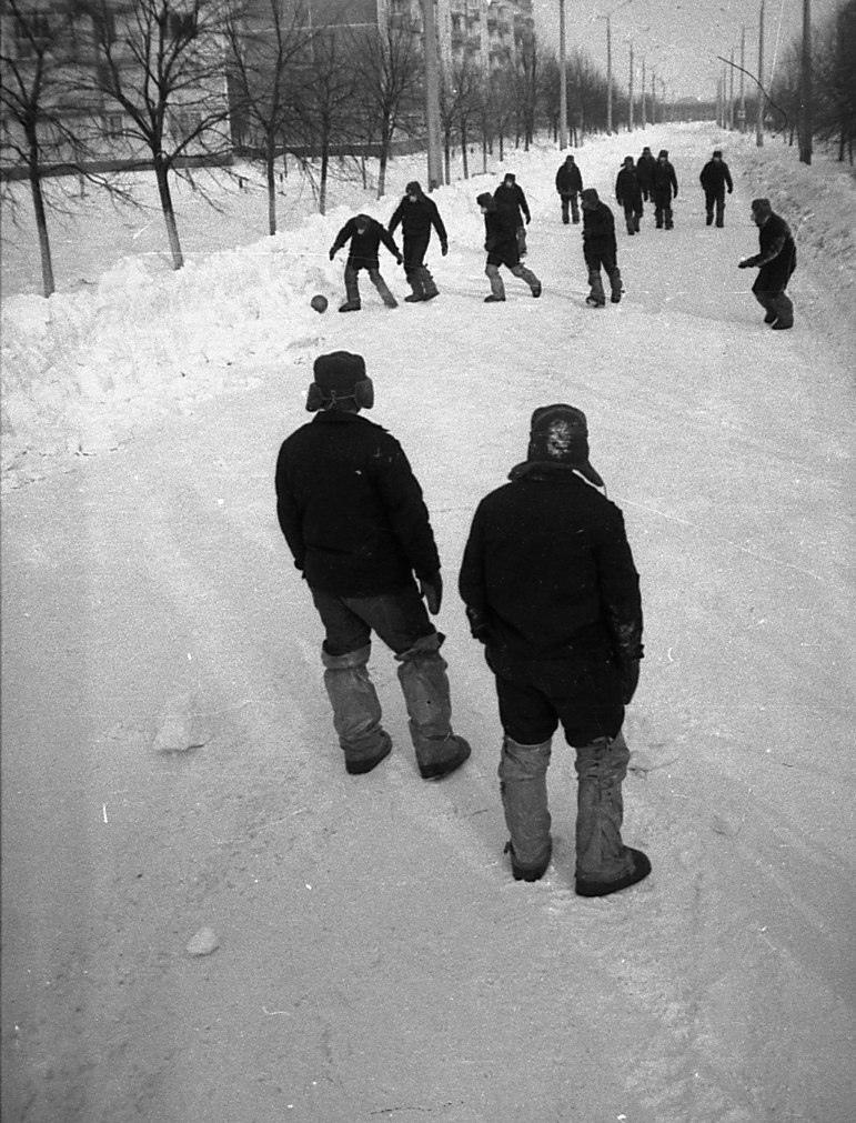 Ликвидаторы играют в футбол (баскетбольным мячом!) в Припяти