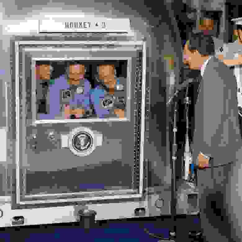 """После возвращения на Землю в июле 1969 года астронавты """"Аполлона-11"""" были помещены в передвижную карантинную базу и отправлены в Биологический карантинный комплекс LRL для прибывших с Луны астронавтов Научно-исследовательского центра разработки пилотируемых космических летательных аппаратов (КЛА)."""