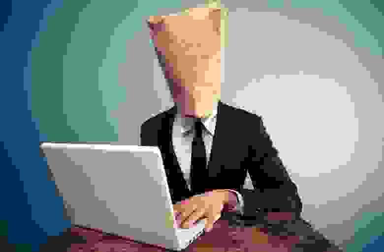 человек с бумажным пакетом на голове