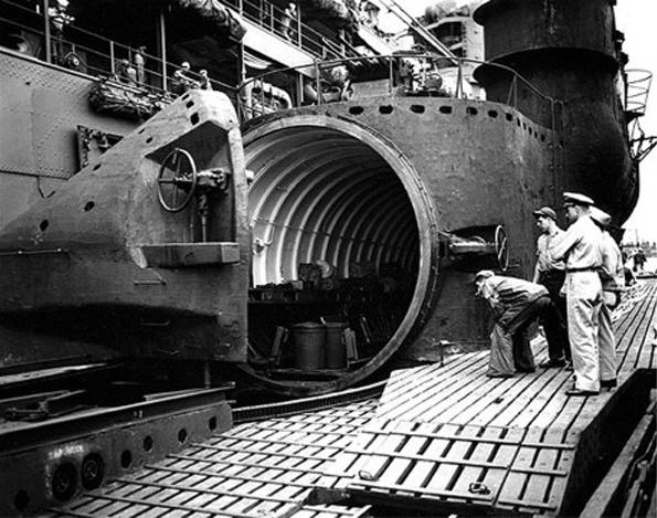 Осмотр американцами подводной лодки I-400. Открыт люк ангара хранения самолётов Seiran