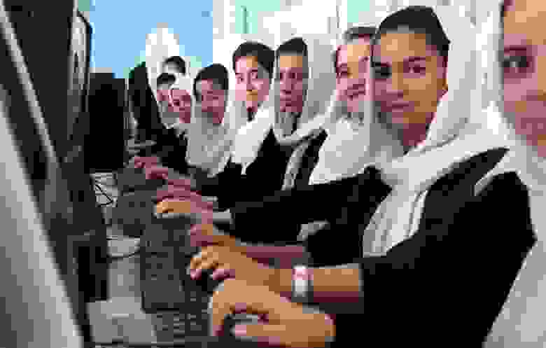 Несмотря на мусульманские традиции и крепко засевший в наших головах стереотип афганской женщины - наглухо замотанной в бурку, требование полностью скрывать лицо девушкам старше 8 лет существовало в Афганистане только на протяжении короткого периода узурпации талибами власти с 1992 по 2001 год