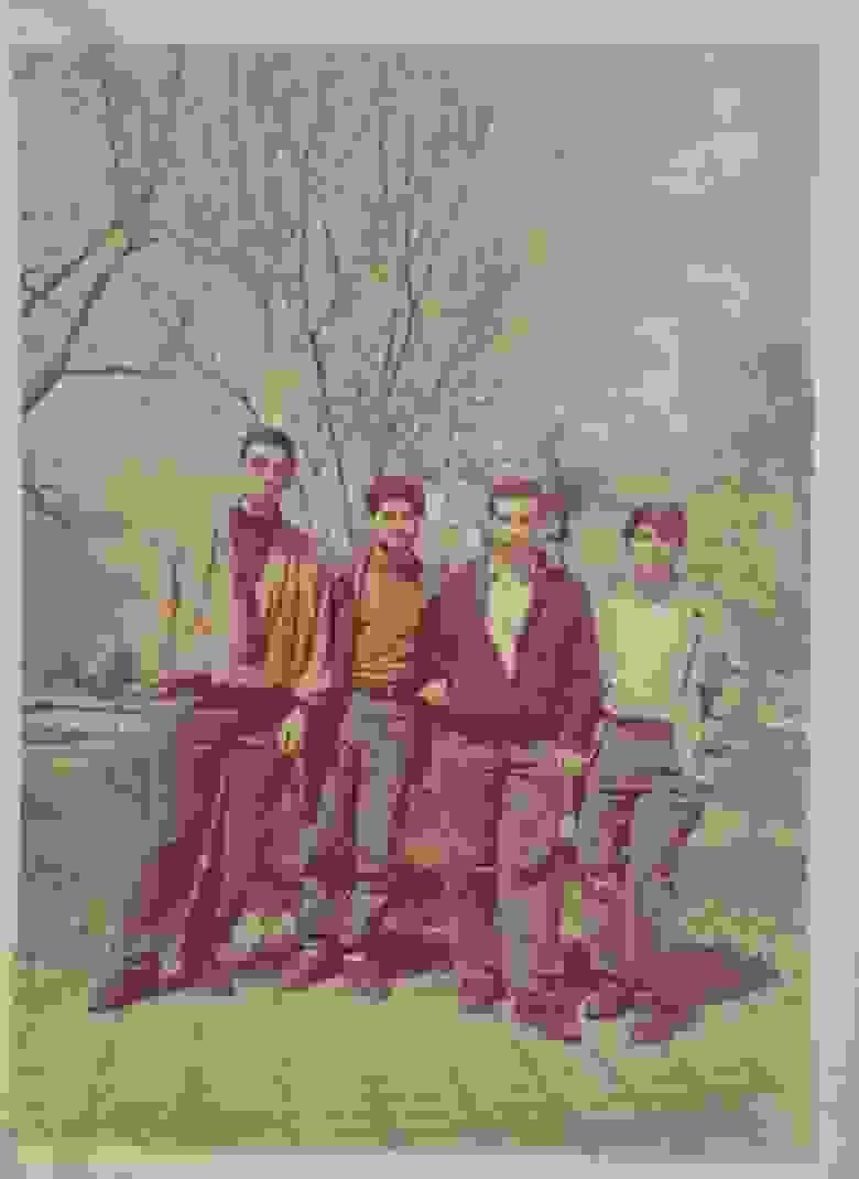 Студенческие годы, с друзьями. Сквер Ереванского политехнического института, 1994 г.